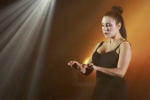 Photo d'Hervé Photograff sur laquelle la comédienne Florencia Avila est sur scène.