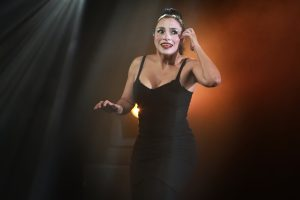 Photo d'Hervé Photograff sur laquelle la comédienne Florencia Avila est sur scène et mime une conversation téléphonique.