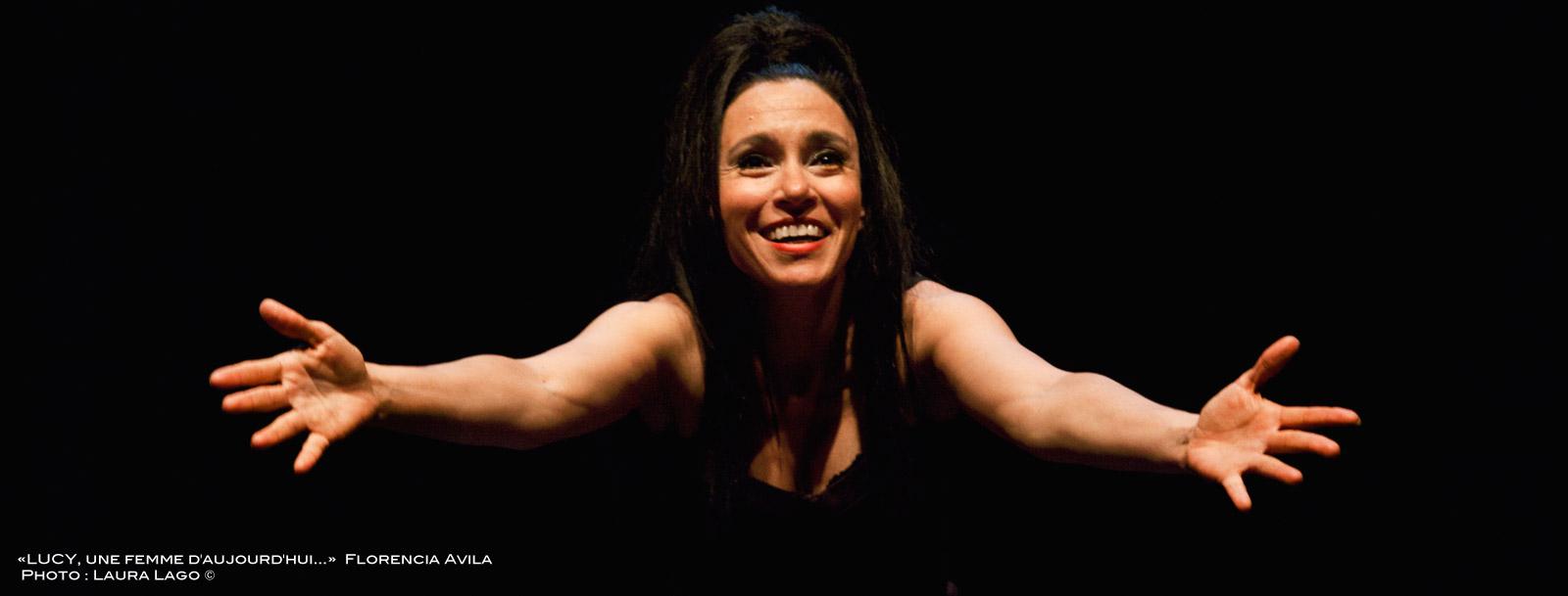 Florencia Avila exprimant la joie pendant son spectacle LUCY, une femme d'aujourd'hui